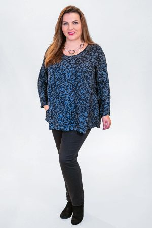The model in this photo is wearing a short round neck tunic by Angel Circle teamed with Robell Elena skinny jeans in black